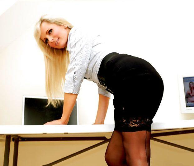 фото секретарш в черных чулках